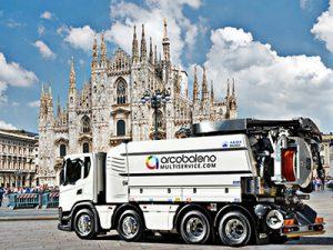 Autospughi Arcobaleno Multiservice davanti al Duomo di Milano