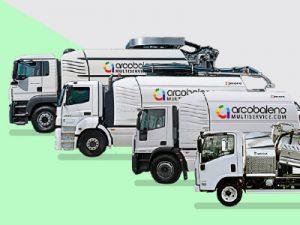 Quattro automezzi Arcobaleno Multiservice con sfondo verde